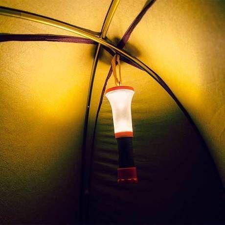 テント内に吊るされたテントランタン