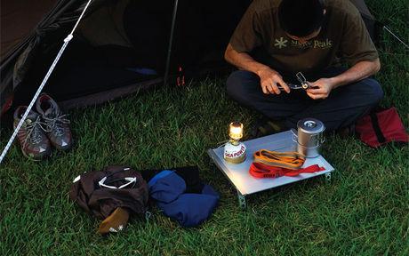 ランタンを使用しているキャンプの様子