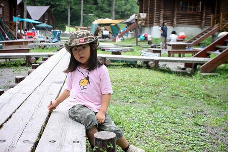 キャンプ場にいる女の子