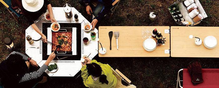 アウトドアテーブルを用いて料理を楽しむ使用例