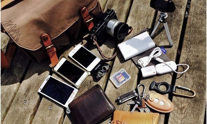 ウッドデッキに置かれた電子機器や貴重品