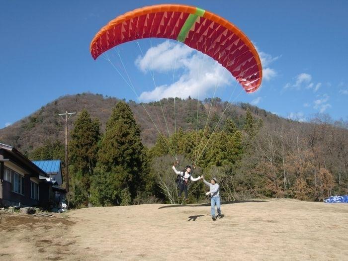西東京パラグライダースクールで空に飛び上がる人
