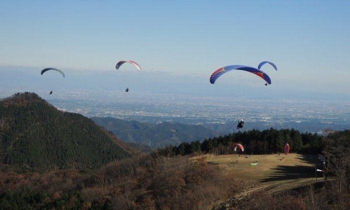 堂平スカイパークパラグライダースクールで空を飛ぶ人々
