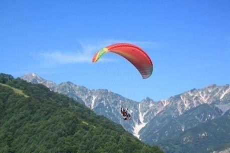 ソラトピア パラグライダースクールで山際を飛ぶ人