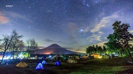 富士山とライトアップされたふもとっぱらのキャンプサイト