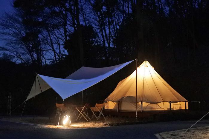 夜のテントサイトでのキャンプ