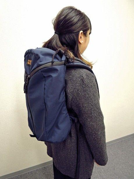 アーバンアサルトを背負っている女性