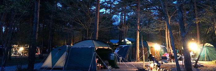 ライトアップされた(栃木県)キャンプラビットのキャンプサイト