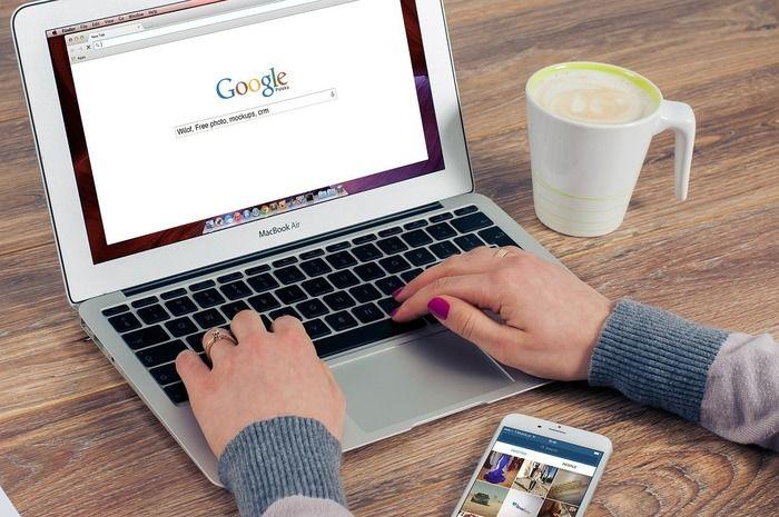 パソコンでGoogle検索をする様子