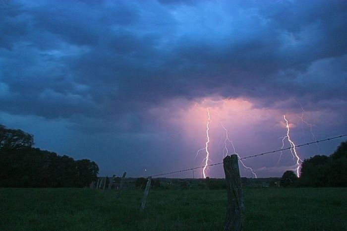 夏の夜の雷空