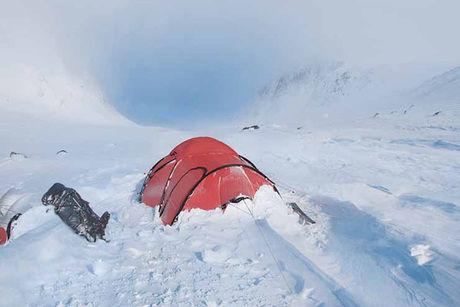 雪をかぶったヒルバーグのテント