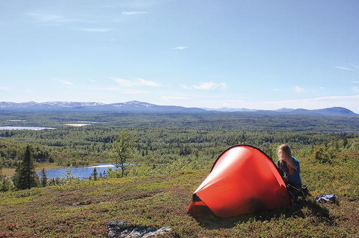 大自然の中でヒルバーグのテントをはる様子