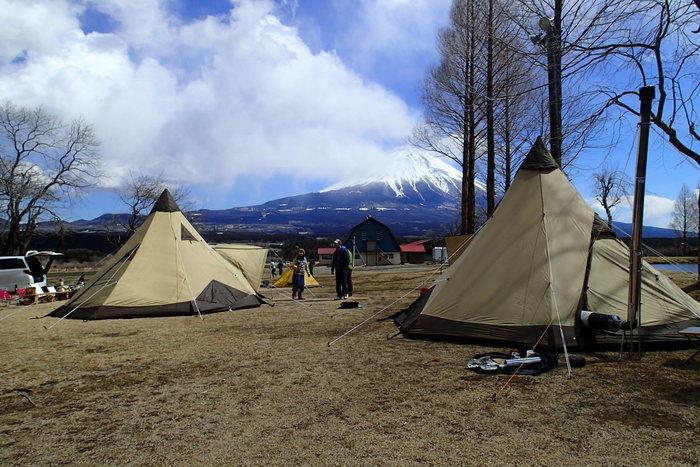 キャンプ場に張られた複数のテント