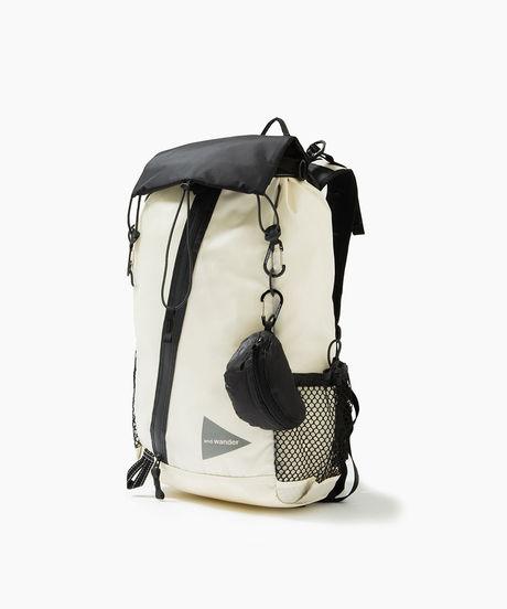 軽量かつ防水性もある斜めのジップが付いているモノクロでユニークな30L backpackのバックパック
