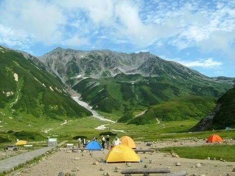 雷鳥沢キャンプ場の山々とカラフルなテント
