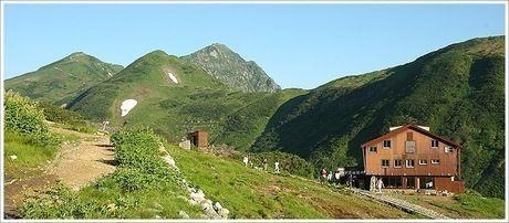 雷鳥沢ヒュッテの山々とロッジ立山連峰