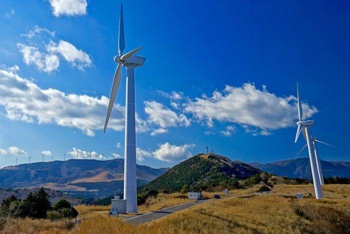 丘の上に立つ風車
