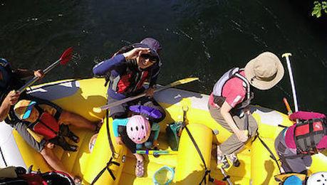 ラフティングボートに乗る人々