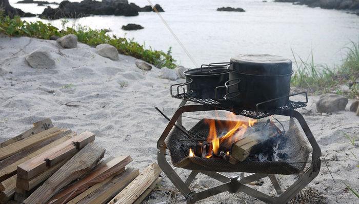 モノラルの焚き火の上で料理をする様子