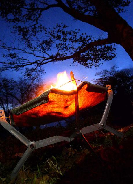夜の空に映えるモノラルの焚き火