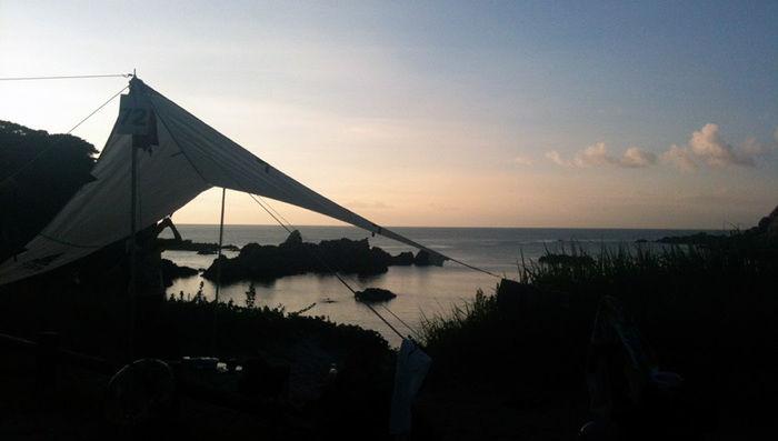 ブッシュクラフトのタープと海