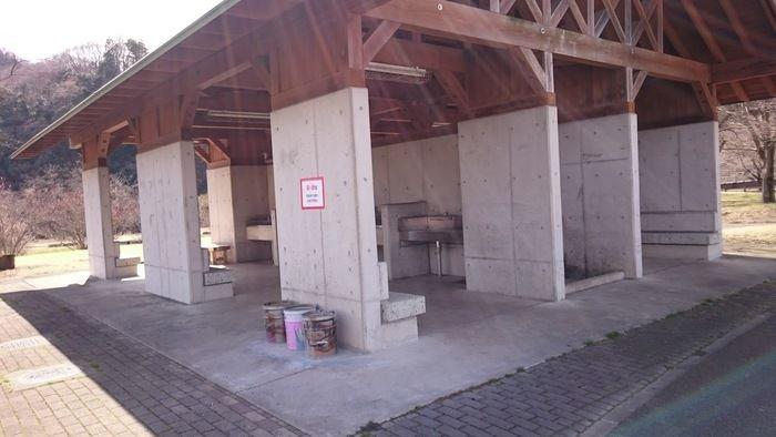 出会いの森総合公園オートキャンプ場のフリーサイト内の炊事場