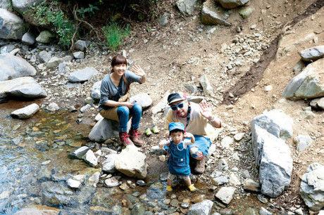 川で遊ぶナチュラルハイに参加した親子