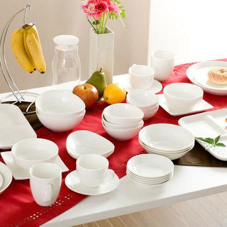 机の上に並べられたニトリの食器