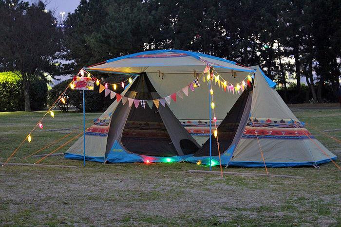 ガーランドで装飾したロゴスのテント