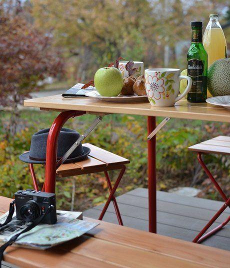 カステルメルリーノの赤い脚のテーブル