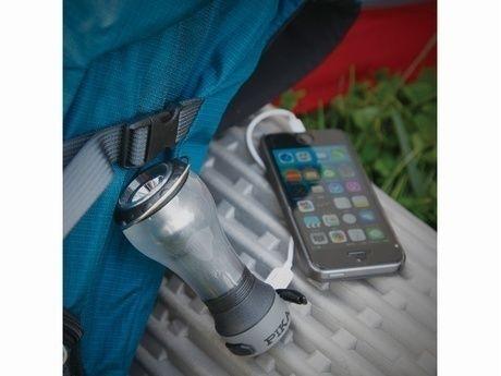 UCOのアルカで携帯を充電する様子