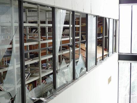 割れた窓ガラス