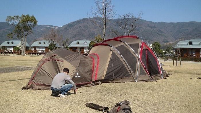 スノーピークのテントを設営する様子