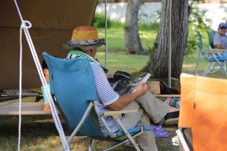 椅子に座って本を読む人