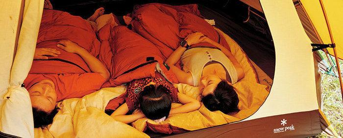 スノーピークのテントで寝る家族
