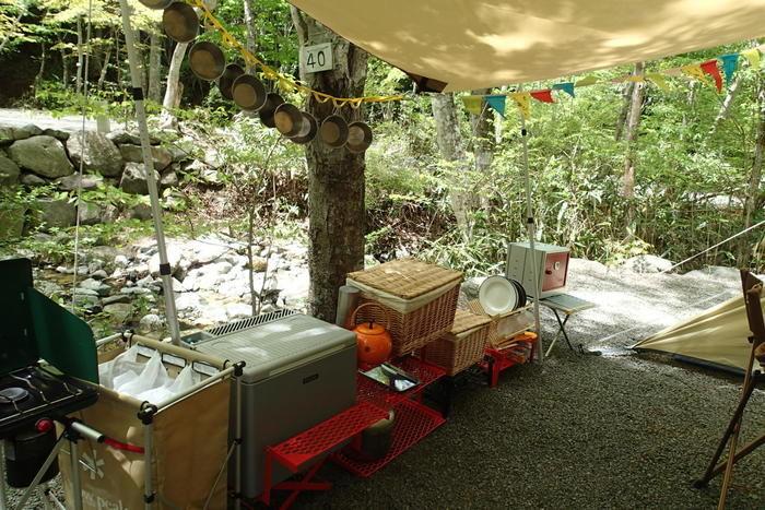 複数のボックスが並べられたキャンプサイト