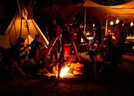 ナチュラルハイで焚き火を囲む参加者