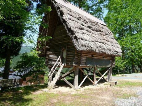 【兵庫県】ログハウスとキャンプの石ヶ堂古代村の高床式倉庫