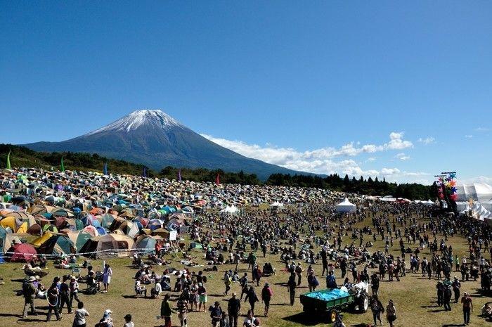 富士山の麓で行われるイベントの様子