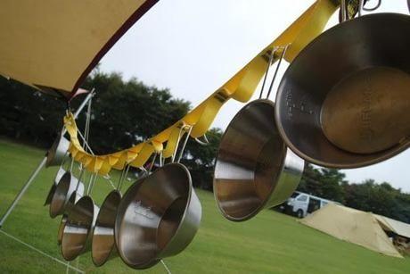 タープに吊り下げたシェラカップ