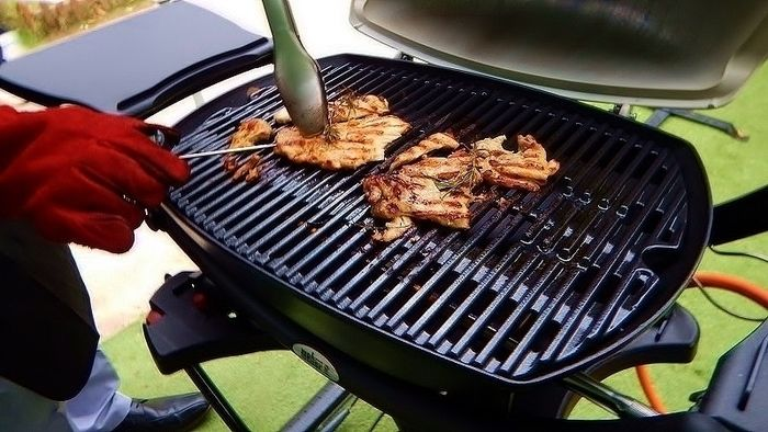 weberのバーベキューグリルでk肉を焼く様子