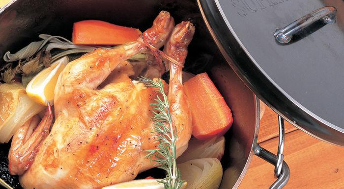 チキンの入ったユニフレームのダッチオーブン