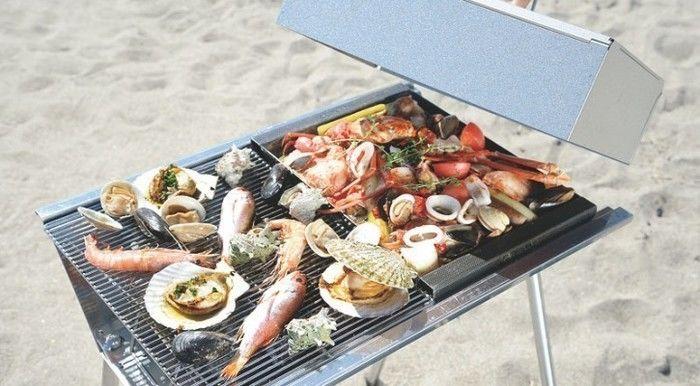 ユニフレームのBBQグリルで魚介類を焼いている様子