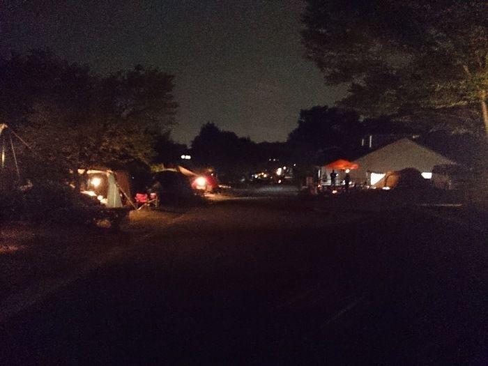 夜の毛呂山町ゆずの里オートキャンプ場の様子