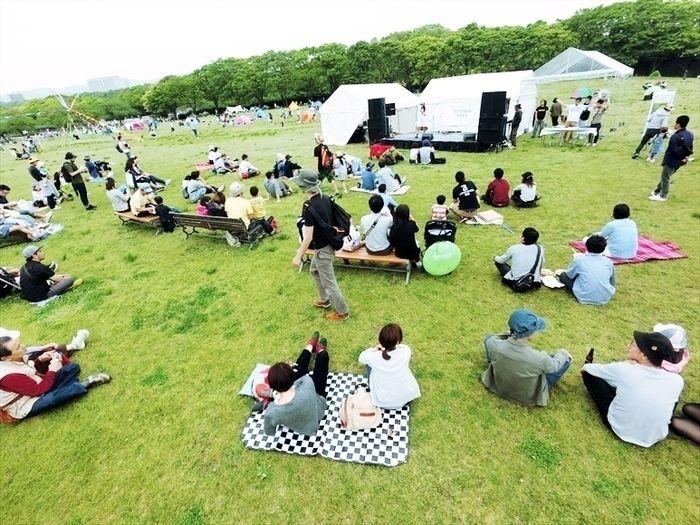 ライブスペースで音楽を聞きながらくつろぐ人々
