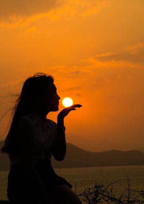 夕日と女性の写真