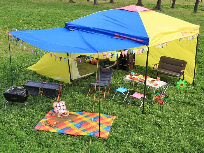 カラフルなテントとキャンプの道具