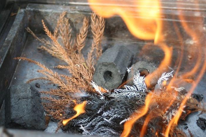 着火した炭と落ち葉
