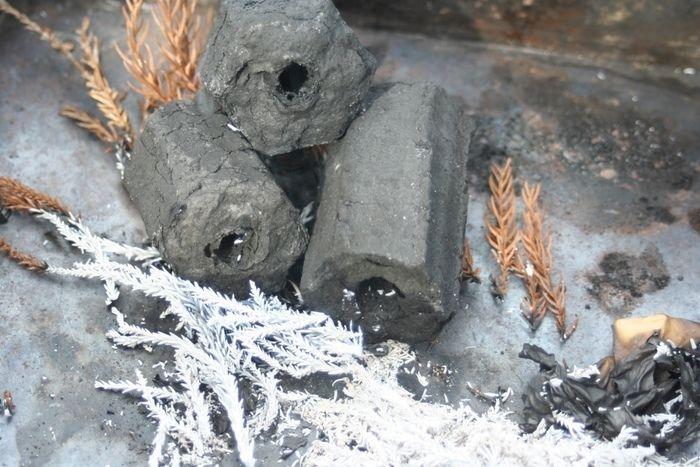 鎮火した炭と落ち葉