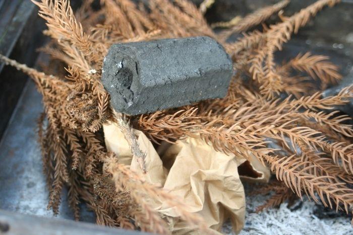 炭とお米の袋と落ち葉